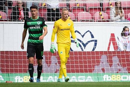 Fürths Marco Meyerhöfer (l) und Torwart Sascha Burchert mussten sich mit ihrer Mannschaft beim FSVMainz geschlagen geben. Foto: Sebastian Gollnow/dpa