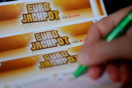 Ein Mann füllt einen Eurojackpot-Lotterieschein aus. Symbolbild. Foto: Monika Skolimowska/dpa-Zentralbild/dpa