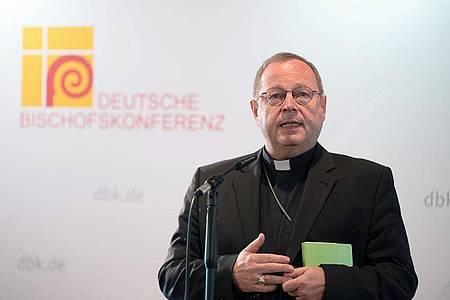 Georg Bätzing, Bischof von Limburg und Vorsitzender der Deutschen Bischofskonferenz, spricht zu Beginn der Herbstvollversammlung in Fulda. Foto: Sebastian Gollnow/dpa