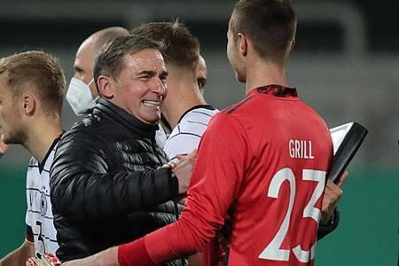 Stehen mit Deutschlands U21 kurz vor dem EM-Ticket: Trainer Stefan Kuntz (l) und Torwart Lennart Grill.. Foto: Daniel Karmann/dpa