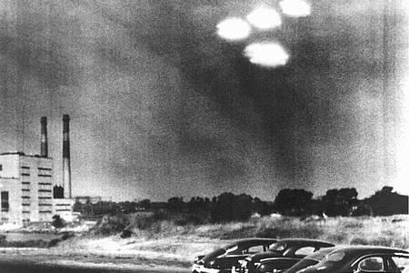 Vier in Formation fliegende «Objekte» über der Stadt Salem im US-Bundesstaat Massachusetts aufgenommen im Jahr 1952. Foto: DB/UPI/dpa/Archivbild