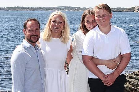 Kronprinz Haakon von Norwegen (l-r), Kronprinzessin Mette-Marit von Norwegen und ihre Kinder Prinzessin Ingrid Alexandra und Prinz Sverre Magnus 2019 in Kristiansand. Foto: Lise Åserud/NTB scanpix/dpa