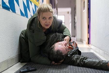 Kommissar Paul Böhmer (Jürgen Tonkel) hat sich in Gefahr begeben - kann Vera (Katharina Böhm) ihn retten. Foto: Michael Marhoffer/ZDF/dpa