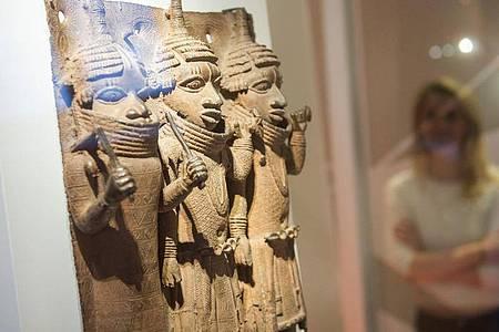 Raubkunst-Bronzen aus dem Land Benin in Westafrika sind im Hamburger Museum für Kunst und Gewerbe (MKG) ausgestellt. Foto: Daniel Bockwoldt/dpa/Archiv