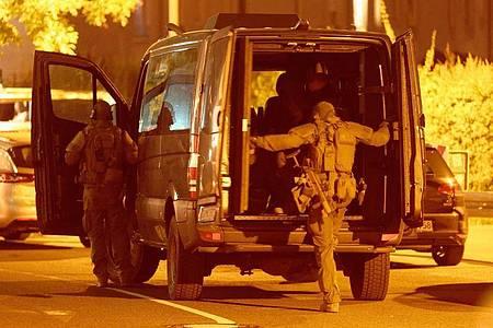 Nach dem Fund einer Schusswaffe in einem Düsseldorfer Hotel haben die Spezialkräfte auch noch einen verdächtigen Koffer gefunden. Foto: Henning Kaiser/dpa
