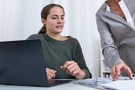 Trainees sollten die Möglichkeit haben, unterschiedliche Abteilungen kennenzulernen - natürlich unter Anleitung. Foto: Christin Klose/dpa-tmn