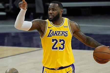 Die Los Angeles Lakers um Superstar LeBron James starten 71 Tage nach dem Titelgewinn gegen die Los Angeles Clippers in die neue Saison. Foto: Matt York/AP/dpa