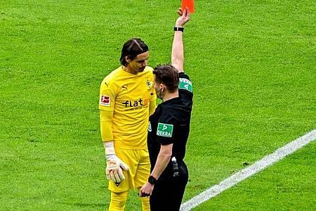 Schiedsrichter Patrick Ittrich zeigt Mönchengladbachs Torwart Yann Sommer im Spiel gegen Hertha die Rote Karte. Foto: Tobias Schwarz/AFP POOL/dpa