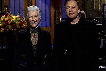 """Unternehmer Elon Musk und seine Mutter Maye Musk in der Unterhaltungsshow """"Saturday Night Live"""". Foto: Nbc/Snl/ZUMA Wire/dpa"""