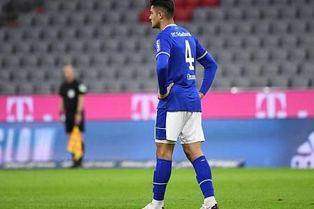 Der Schalker Ozan Kabak soll Werder Bremens Ludwig Augustinsson bespuckt haben. Foto: Matthias Balk/dpa