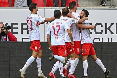 Die Mannschaft von Regensburg jubelt nach dem Treffer zum 1:0 gegen den Karlsruher SC. Foto: Armin Weigel/dpa
