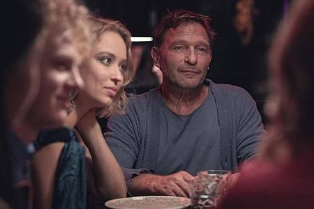 Thomas Kretschmann und Caro Cult in einer Szene aus der zweiten Staffel von «Biohackers». Foto: Marco Nagel/Netflix/dpa