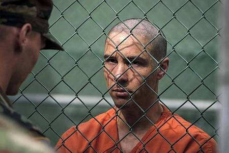 Tahar Rahim als Mohamedou Ould Slahi (r) in einer Szene des Films «Der Mauretanier». Foto: Graham Bartholomew/Tobis Film/dpa