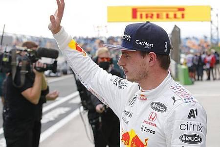 Der Niederländer Max Verstappen vom Team Red Bull Racing winkt den Zuschauern nach Ende des Qualifyings zu. Foto: Umit Bektas/Pool Reuters/dpa