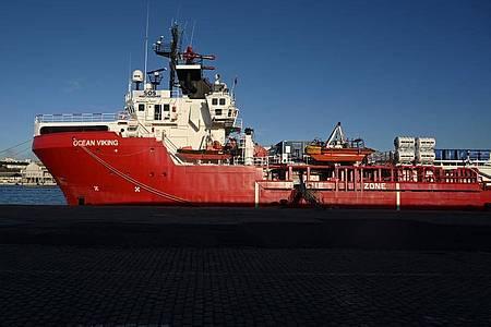 Das Rettungsschiffs «Ocean Viking» liegt im Hafen von Marseille vor Anker. Foto: Nicolas Tucat/AFP/dpa