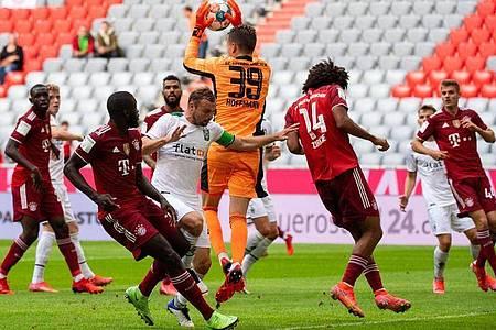 Bayern-Torwart Ron-Thorben Hoffmann (M) kann einen Schuss auf sein Tor abfangen. Foto: Sven Hoppe/dpa