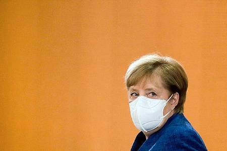 Bundeskanzlerin Angela Merkel kommt zu einer Sitzung des Bundeskabinetts im Kanzleramt. Foto: Markus Schreiber/AP-Pool/dpa