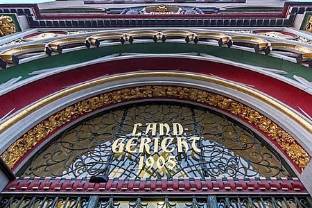 «Landgericht» steht über dem Eingang zum Landgericht Halle/Saale. Foto: Hendrik Schmidt/dpa-Zentralbild/dpa