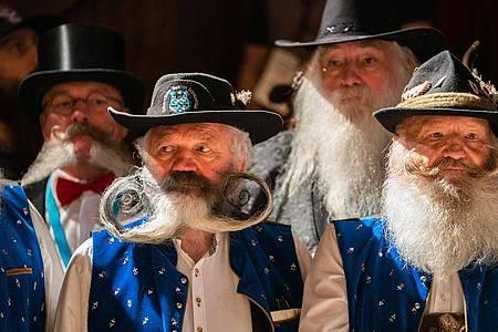 Gezwirbelt oder gerade? Teilnehmer der Bart-Olympiade zeigen ihre Gesichtsbehaarung. Foto: Nicolas Armer/dpa