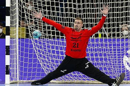 Der Kieler Torwart Dario Quenstedt kassiert einen Gegentreffer. Foto: Frank Molter/dpa