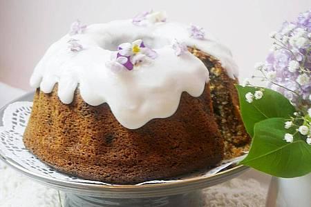 Der Puderzucker für den Guss von Omas Schoko-Nuss-Gugelhupf sollte nur mit sehr wenig Zitronensaft verrührt werden. Foto: Doreen Hassek/hauptstadtkueche.blogspot.com/dpa-tmn