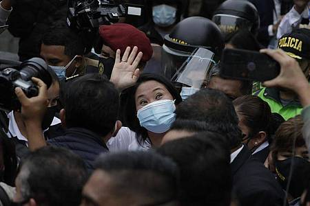 Wink zu den Anhängern: Präsidentschaftskandidatin Keiko Fujimori. Foto: Guadalupe Prado/AP/dpa