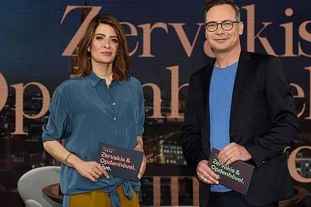 Linda Zervakis und Matthias Opdenhövel stehen in dem Studio, in dem sie das neue ProSieben-Journal «Zervakis & Opdenhövel. Live» moderieren. Foto: Felix Hörhager/dpa