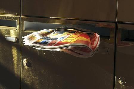Wurfsendungen in einem Briefkasten. Foto: Jens Kalaene/dpa-Zentralbild/dpa