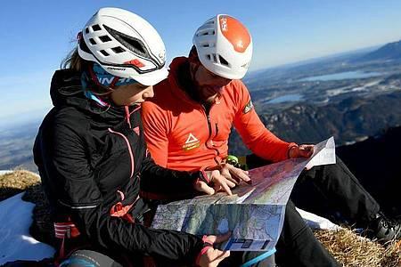 Auch die Routenplanung liegt in seiner Verantwortung: Als angehender Bergführer begleitet Manuel Haff Gäste sicher durchs Gebirge. Foto: Angelika Warmuth/dpa-tmn
