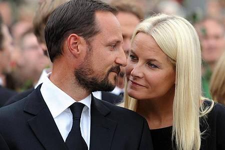 Kronprinz Haakon und Kronprinzessin Mette-Marit beim «Rosenmarsch» anlässlich der Terroranschläge 2011 in Oslo. Foto: Jörg Carstensen/dpa