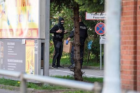 Polizisten stehen auf dem Gelände des Dong Xuan Center in Berlin. Foto: Christophe Gateau/dpa