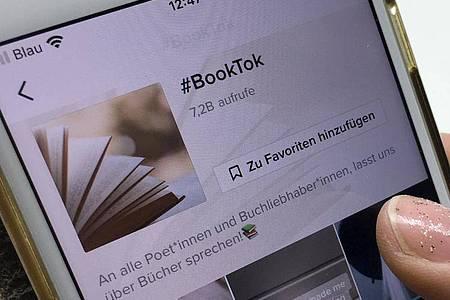 Der #BookTook, eingegeben in der Suche der Video-App TikTok auf einem Smartphone. Foto: Lisa Forster/dpa-Zentralbild/dpa