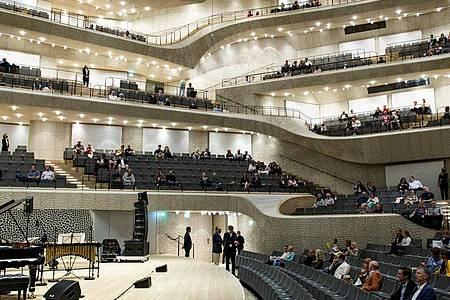 Bald wieder mit Publikum vor Ort: Am 31. Mai öffnet das Konzerthaus der Elphilharmonie nach der Corona-Pause. Foto: Axel Heimken/dpa