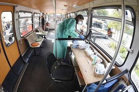 Die medizisch-technische Assistentin (PTA) Katja Dahlmann bereitet in einem stillgelegten Schwebebahnwagen in Wuppertal Corona-Impfungen vor. Eine bundesweite Impfaktionswoche soll neue Fortschritte bringen. Foto: Roberto Pfeil/dpa