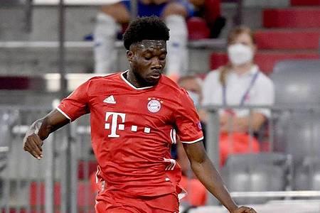 Hat leichte Adduktorenprobleme: Alphonso Davies vom FC Bayern München in Aktion. Foto: Sven Hoppe/dpa