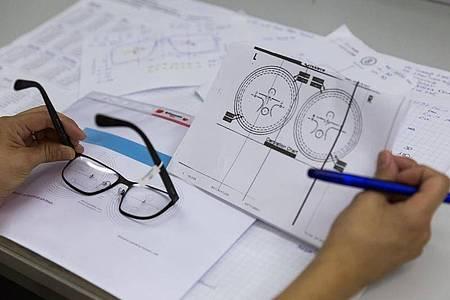 Bevor eine Brille an den Kunden geht, prüfen Augenoptiker, ob alle Daten stimmen. Foto: Heike Skamper/ZVA/dpa-tmn
