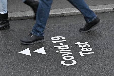 Ein Hinweis auf der Straße zeigt den Weg zu der Corona-Teststation im Austria Center in Wien. Foto: Hans Punz/APA/dpa