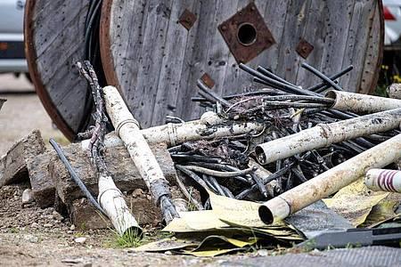 Beschädigte Stromkabel liegen neben einer Baustelle, an der ein Kabelbrand ausgebrochen war. Foto: Matthias Balk/dpa