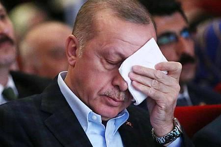 Recep Tayyip Erdogan, Präsident der Türkei, wischt sich bei einer Veranstaltung über die Stirn. Foto: -/Presidential Press Service/AP/dpa