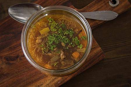 Eine kräftige Brühe mit frischem Gemüse kann den Salz- und Mineralhaushalt im Körper wieder ausgleichen. Foto: Christin Klose/dpa-tmn