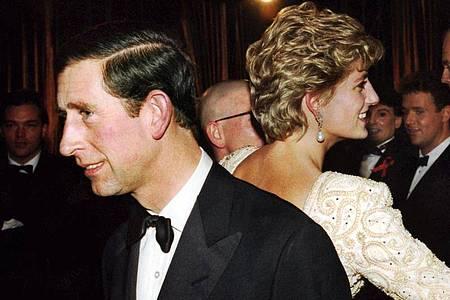 Kein Glück:Prinz Charles und Diana wenden sich bei einem Theaterbesuch den Rücken zu. Foto: London Express/dpa