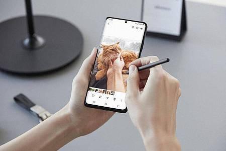 Mit der passiven Variante des S Pen können Nutzerinnen und Nutzer direkt auf dem Bildschirm des Samsung Galaxy-S21 Ultra schreiben. Foto: Samsung/dpa-tmn