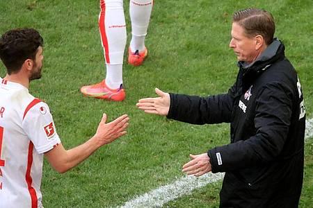 Verpasste mit dem 1. FCKöln nur knapp den zweiten Sieg gegen Borussia Dortmund in einer Saison: Trainer Markus Gisdol (r). Foto: Wolfgang Rattay/Reuters-Pool/dpa