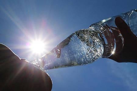 Bei Hitze sollte das Getränk nicht zu kalt sein. Denn durch den Kältereiz fährt der Körper die Wärmeregulierung hoch. Foto: Karl-Josef Hildenbrand/dpa