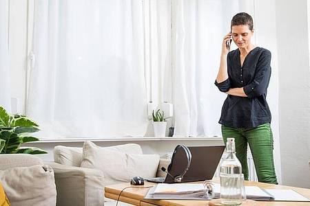 Wer länger nichts zu einer Bewerbung hört, darf ruhig telefonisch oder per Mail nachhaken. Foto: Christin Klose/dpa-tmn