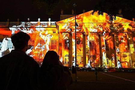 Anlässlich der US-Wahl sind auf die Fassade des Kasseler Museums Fridericianum Filmschnipsel projiziert. Foto: Uwe Zucchi/dpa