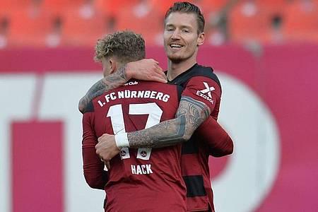 Robin Hack (l) war der Matchwinner beim Nürnberger Heimsieg gegen Aue. Foto: Timm Schamberger/dpa