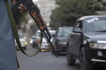 Ein Taliban-Kämpfer wacht über den Verkehr inKabul - Die Angst vor einem weiteren Anschlag vor dem Flughafen ist sehr konkret. Foto: Khwaja Tawfiq Sediqi/AP/dpa