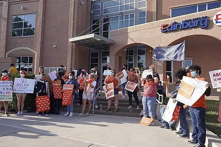 Demonstranten nehmen an einem Protest vor dem Rathaus gegen das Inkrafttreten eines Gesetzes teil, welches die meisten Schwangerschaftsabbrüche in Texas verbietet. Foto: Joel Martinez/The Monitor via AP/dpa