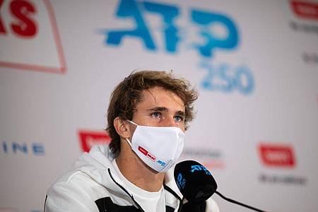 Alexander Zverev auf der Pressekonferenz nach seinem Turniersieg. Foto: Jonas Güttler/dpa